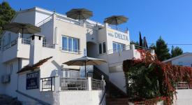 Villa Delta, Ploče